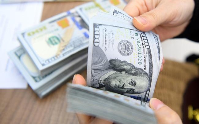 """Giá USD """"chợ đen"""" tăng mạnh, vượt mốc 24.000 đồng"""