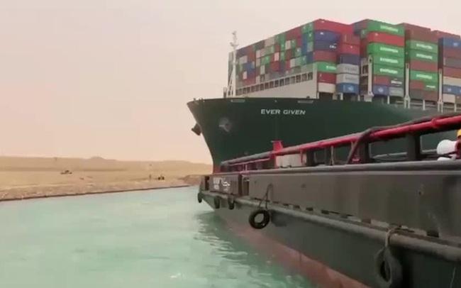 Lý giải nguyên nhân tàu container xoay ngang, khiến kênh Suez tắc đường