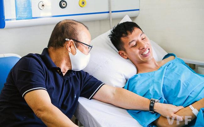 Khoảnh khắc xúc động: Hùng Dũng nắm chặt lấy tay thầy Park không muốn rời, hứa ra sân nếu ĐT Việt Nam đi tiếp ở vòng loại World Cup 2022