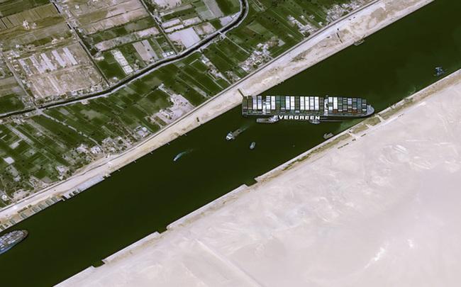 Đại khủng hoảng kênh đào Suez: Số tàu chờ đợi tại 2 đầu kênh đã lên tới 238 chiếc, ít nhất 10 ngày nữa mới có thể giải cứu Ever Given - Ảnh 1.