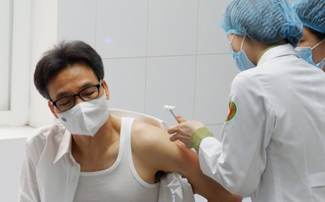 """Phó Thủ tướng Vũ Đức Đam tiêm thử nghiệm vaccine phòng Covid-19 """"made in Vietnam"""""""