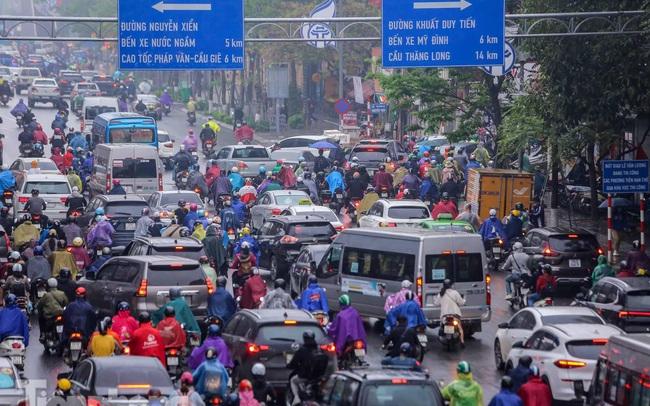 Trời chuyển mưa phùn, đường phố Hà Nội đông nghẹt nhiều giờ