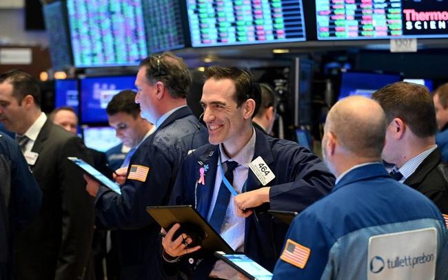Đón nhận số liệu kinh tế tích cực, Dow Jones tăng gần 500 điểm, S&P 500 chạm đỉnh