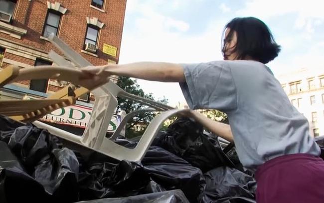Cần mẫn kiếm đồ ăn trong thùng rác, mặc chiếc áo hàng chục năm không bỏ để tiết kiệm tiền mua nhà và kết quả bất ngờ