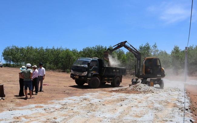 Cưỡng chế 2 tuyến đường làm trái phép để phân lô bán nền ở Bình Phước