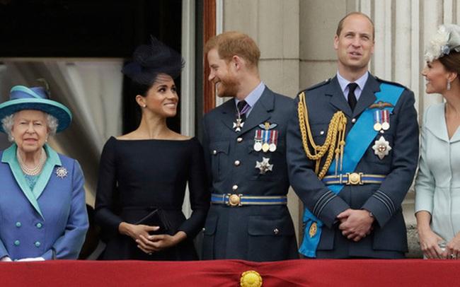 """Vô tình hay cố ý? Cứ khi hoàng gia Anh có sự kiện trọng đại, vợ chồng Meghan lại có cách """"giật spotlight"""" đầy tình cờ như thế này"""