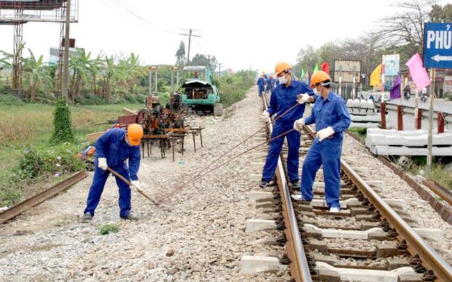 Bảo trì đường sắt cầm chừng: Tranh cãi về 'tiêu tiền', vay lãi trả lương