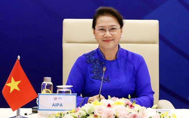 Phó Chủ tịch Quốc hội Tòng Thị Phóng đọc tờ trình miễn nhiệm Chủ tịch Quốc hội Nguyễn Thị Kim Ngân
