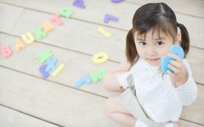 Biết chữ càng sớm, trẻ càng thông minh? Chuyên gia nổi tiếng chỉ ra 5 truyền thuyết về học chữ khiến nhiều cha mẹ giật mình