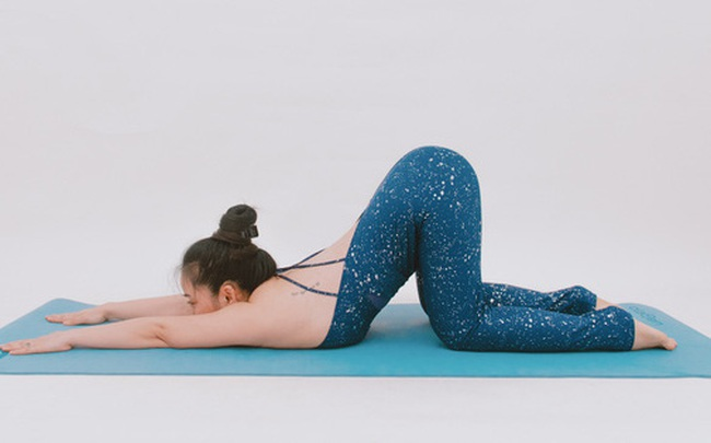 """Cô gái """"vàng"""" Yoga VN: Bài tập dành cho người bị đau vai gáy, muốn hết bệnh thì tập """"luôn và ngay"""""""