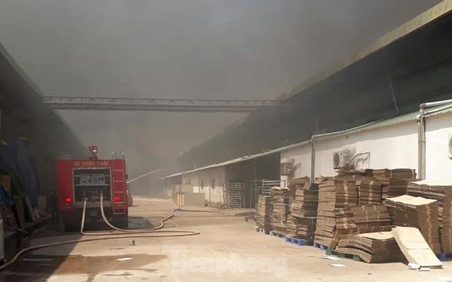 Khói lửa bao trùm nhà xưởng công ty may mặc ở Bình Dương