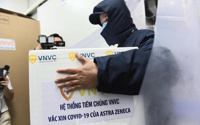 Lô vắc xin COVID-19 đầu tiên được chuyển đến Bệnh viện Nhiệt đới TPHCM