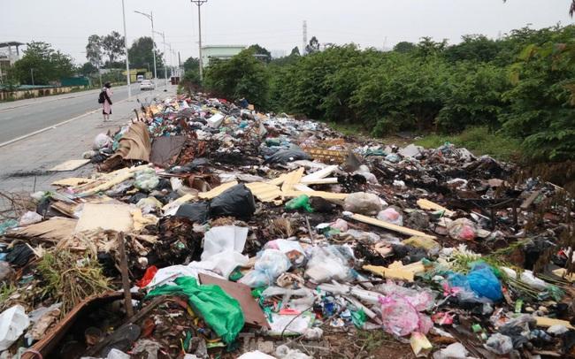 Bãi rác tự phát khổng lồ kéo dài trên đoạn đường 'trăm tỷ' ở Hà Nội