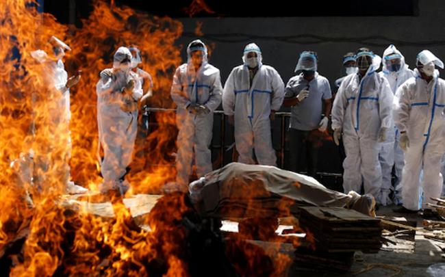 """""""Sóng thần"""" đẩy y tế Ấn Độ đến bờ vực sụp đổ: Nghĩa trang hết chỗ, bệnh viện quay lưng với bệnh nhân, người dân tuyệt vọng"""