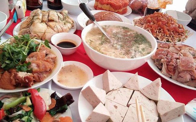 """Sợ kém sang, người Việt đang mời nhau những bữa cơm """"cùng già nhanh, rước bệnh tật"""""""