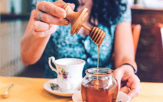 """Trong ngày có 3 """"thời điểm vàng"""" để uống mật ong, tận dụng sẽ giúp bạn nhận được gấp đôi lợi ích cả về giảm béo lẫn chống ung thư"""