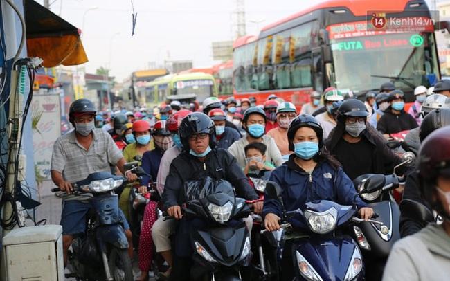 Chùm ảnh: Người dân đổ xô về quê nghỉ lễ 30/4 - 1/5, các cửa ngõ Sài Gòn bắt đầu ùn tắc kinh hoàng