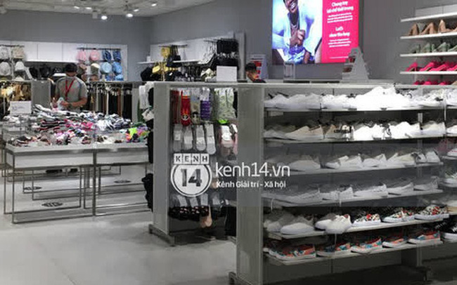 Loạt store H&M Việt Nam tối nay: Ở Hà Nội vắng hơn bình thường, bị viết cả lời phản đối lên poster; TP.HCM vẫn đông đúc