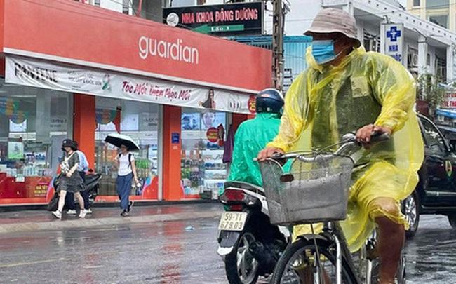 ẢNH: Mưa lớn bất ngờ vào giữa trưa, người Sài Gòn được giải nhiệt sau những ngày nắng nóng oi bức