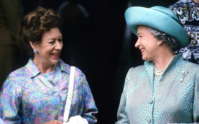 Nữ hoàng Anh nhân nhượng và bỏ qua cho Harry hết lần này đến lần khác dù bị cháu trai phản bội, hóa ra xuất phát từ một lý do đau lòng