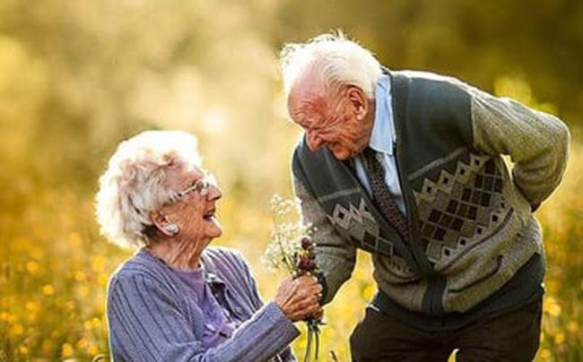 """7 tư tưởng từ triết gia """"cá tính bậc nhất trong lịch sử"""" có thể cứu rỗi mọi tổn thương trong bạn, kể cả đau khổ vì yêu: Vì sao không cần kết hôn cũng chẳng cần ly hôn?"""
