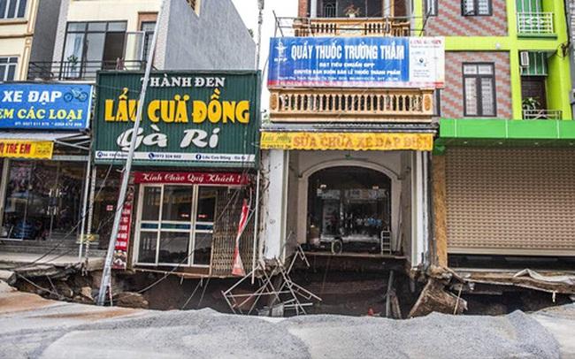 """Sáng nay, """"hố tử thần"""" ở Hà Nội đã lan rộng ra 50m2, đổ đất cát vào như muối bỏ biển"""