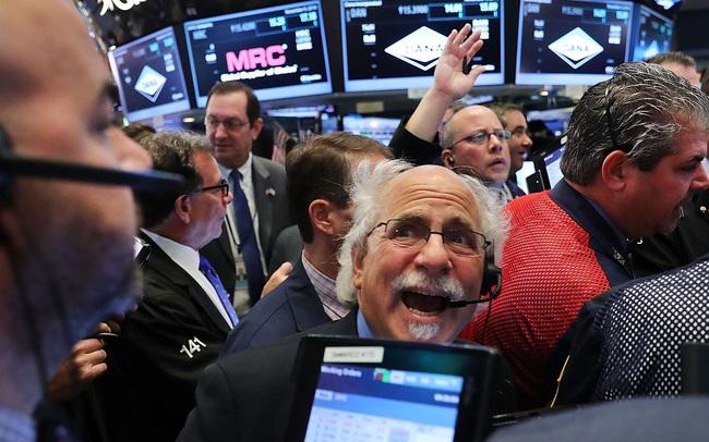 Cổ phiếu công nghệ ồ ạt bị bán tháo, Phố Wall đảo chiều sau khi Dow Jones vượt 35.000 điểm