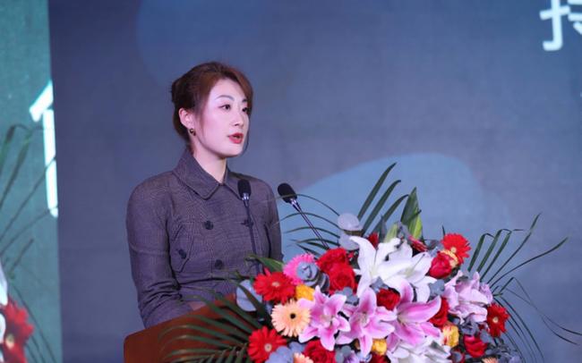 """Người kế vị đặc biệt của đại gia đồ uống Trung Quốc: Là con gái độc nhất, 40 tuổi vẫn """"chưa một mảnh tình vắt vai"""", quyết không để gia sản lọt vào tay người ngoài"""