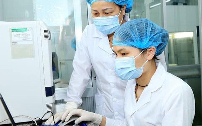 """Cán bộ xét nghiệm ở Hà Nam: Liều mình """"làm bạn"""" với virus, ngày đêm cần mẫn quên ăn"""