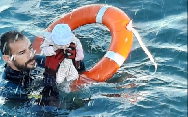 Nhói lòng khoảnh khắc bé sơ sinh chới với giữa biển người di cư, số phận mong manh trên hành trình tìm đến miền đất hứa