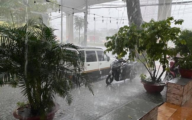 TP.HCM: Mưa lớn kéo dài vào giữa trưa khiến nhiều tuyến đường ngập nặng