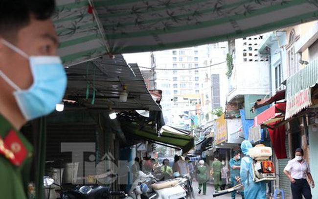 Cận cảnh việc phong tỏa một phần khu chợ sầm uất ở trung tâm TPHCM