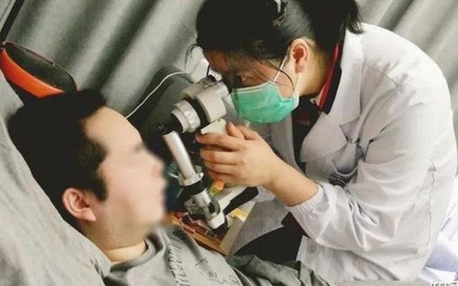 Người đàn ông bị đột quỵ mắt, mất thị giác đột ngột, bác sĩ cảnh báo: Người trẻ nên làm việc trước máy tính và nghỉ ngơi điều độ nếu không muốn bị mù!