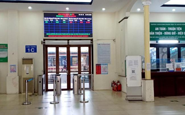 Vắng khách trong ngày bầu cử, nhưng sân bay, nhà ga đường sắt vẫn được 'quản chặt'