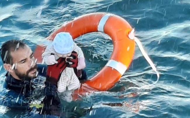 """Người trong cuộc kể về bức ảnh em bé sơ sinh trong đoàn di cư được cứu từ biển: """"Đứa trẻ lạnh cóng, không cử động"""""""