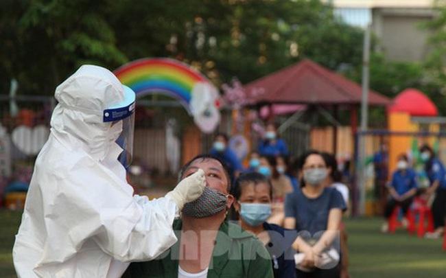 Ba nhân viên y tế ở Bắc Giang lây nhiễm COVID – 19 khi lấy mẫu