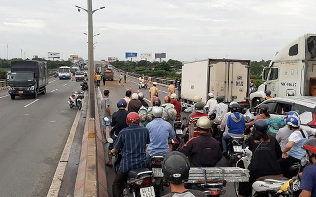Tai nạn liên hoàn trên cầu Cần Thơ, kẹt xe kéo dài hàng cây số