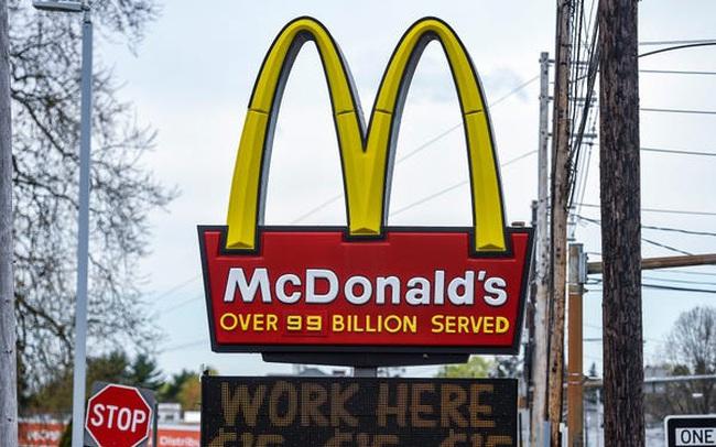 Thiếu nhân công, cửa hàng McDonald tặng iPhone cho người chịu làm việc 6 tháng