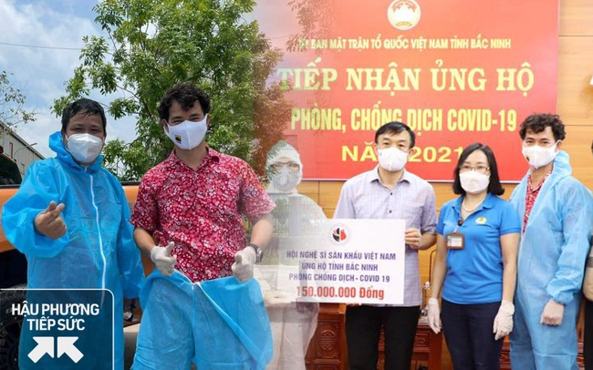 NSƯT Xuân Bắc, NSND Tự Long và MC Thành Trung thay mặt nhóm nghệ sĩ và bạn bè quyên góp 365 triệu VNĐ cho quỹ vắc-xin cộng đồng, 150 triệu VNĐ và quà cho Bắc Ninh, Bắc Giang