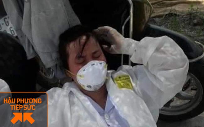 Nhân viên y tế nơi tuyến đầu chống dịch kiệt sức, gần như gục ngã khi căng mình lấy mẫu test COVID-19 giữa trưa nắng 40 độ