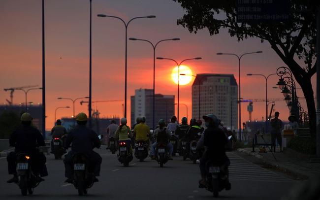 """Bloomberg: Nhà đầu tư cá nhân đang """"gồng gánh"""" đà tăng tốt nhất châu Á của chứng khoán Việt Nam, khi nào khối ngoại mới quay trở lại?"""