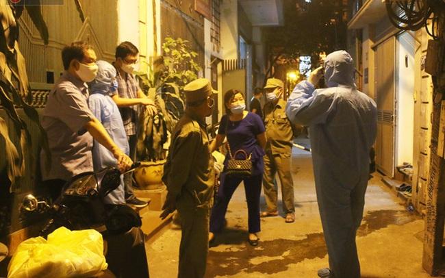 Hà Nội: Cận cảnh phong tỏa, phun khử khuẩn con ngõ trên đường Kim Mã, nơi ở của nam bác sĩ dương tính với SARS-CoV-2