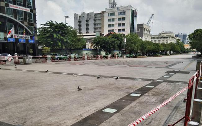 Phố đi bộ Nguyễn Huệ vắng lặng ngày giãn cách