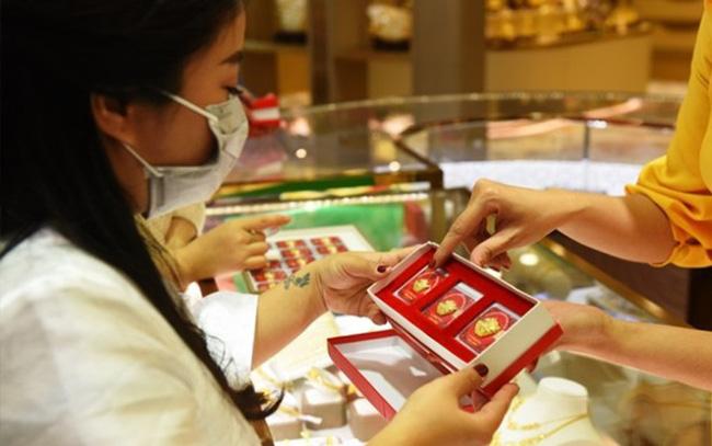 Giá vàng trong nước tiếp tục đà giảm
