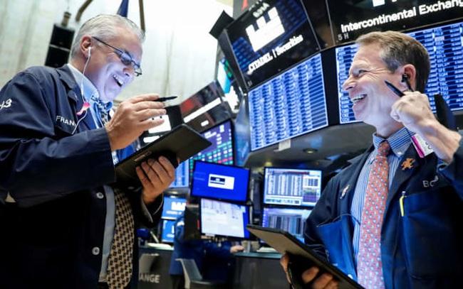 Sắc xanh bao trùm Phố Wall, S&P 500 tiếp tục chạm mức cao kỷ lục