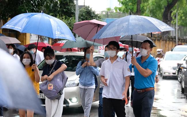Hà Nội: Hơn 93.000 học sinh đội mưa dự thi vào lớp 10