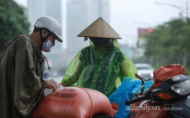 Bão số 2: Người Hà Nội chật vật ra đường trong mưa lớn, gió giật, cần chú ý cảnh giác thời tiết nguy hiểm