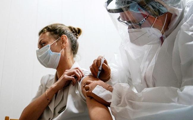 Phụ nữ trước khi tiêm vắc xin Covid-19 cần chú ý điều gì: Giải đáp từ chuyên gia