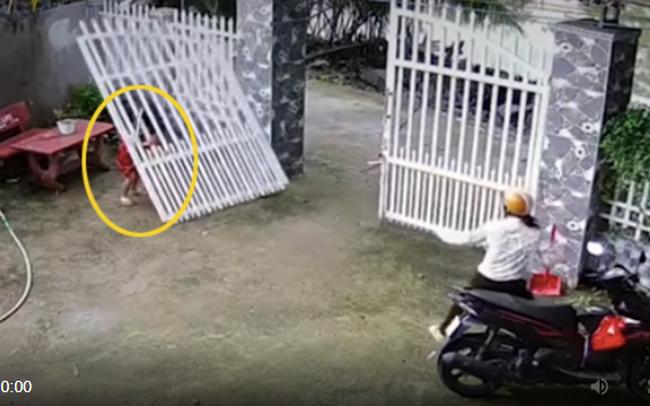 Chiếc cổng sắt bất ngờ đổ sập, đè trúng 2 bé gái: Hiểm họa khôn lường từ trò chơi con trẻ, phụ huynh có thấy cũng thường bỏ qua vì không lường trước được