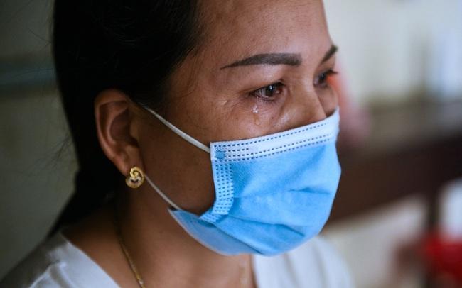 """Mẹ của bệnh nhân Covid-19 nặng từng tiên lượng tử vong: """"Con chúng tôi đã được cứu sống rồi. Công ơn này chúng tôi xin ghi lòng tạc dạ"""""""